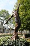 Arthur Ashe Statue framme av Arthur Ashe Stadium på Billie Jean King National Tennis Center royaltyfria foton