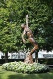Arthur Ashe Statue framme av Arthur Ashe Stadium på Billie Jean King National Tennis Center arkivbilder