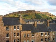 Arthur& x27; s assenta o parque Edimburgo Sco de Holyrood da fuga de caminhada da montanha Fotografia de Stock