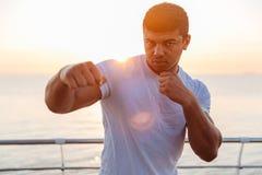 Arti marziali di pratica del pugile africano bello dell'uomo di mattina Immagini Stock