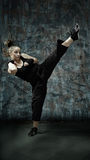 Arti marziali di pratica della giovane donna Fotografie Stock