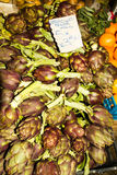 Artichaut italien sur une stalle du marché Photo libre de droits