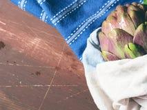 Artichaut sur la table en bois image stock