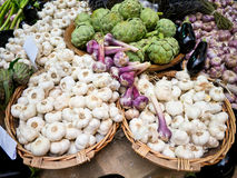 Artichoke and garlic at market stand Royalty Free Stock Photography