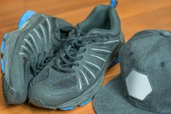 Article de sport : casquette de baseball et paires d'espadrilles Photos stock
