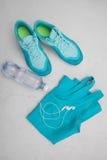 Article de sport - chaussures de course, un smartphone Photographie stock libre de droits