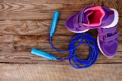 Article de sport : corde à sauter et espadrilles Photographie stock libre de droits
