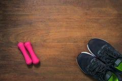 Article de sport sur la table en bois pour des activités de sports , Accessoires de sport Photos stock