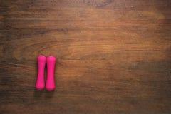 Article de sport sur la table en bois pour des activités de sports , Accessoires de sport Images libres de droits