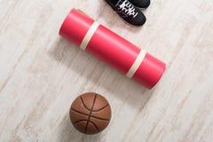Article de sport sur la vue supérieure de plancher de parquet Images stock