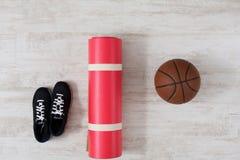 Article de sport sur la vue supérieure de plancher de parquet Photographie stock