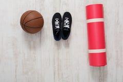 Article de sport sur la vue supérieure de plancher de parquet Photos stock