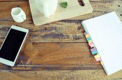 Article de travail sur la table en bois Photos libres de droits