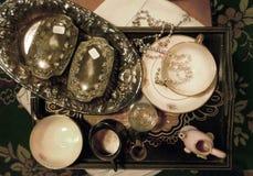 Articles antiques de ménage, tasse, soucoupe, morceaux argentés Images libres de droits