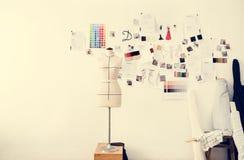 Articles créatifs d'espace de travail de couturier Photo stock