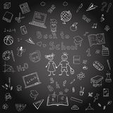 Articles d'école de dessin de dessin à main levée sur le conseil dos Image stock