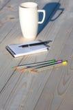 Articles d'affaires et de la chaque vie de jour sur le bureau en bois Photo libre de droits