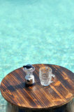 Articles de bière près de piscine Photo libre de droits