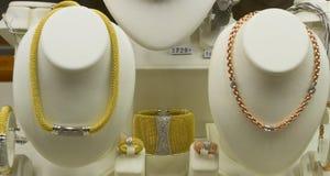 Articles de bijoux en vente dans la fenêtre de boutique Photos libres de droits