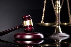 Articles de bureau, marteau du ` s de juge et échelle juridiques de justice Image stock