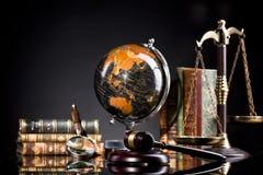 Articles de bureau, marteau du ` s de juge et échelle juridiques de justice Image libre de droits