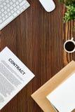 Articles de bureau sur le Tableau en bois Photo stock