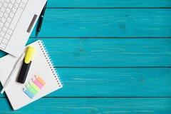 Articles de bureau sur une table de turquoise avec l'espace pour votre texte Photo stock