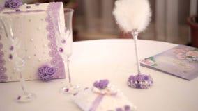 Articles de décor de mariage sur la table banque de vidéos