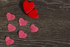 Articles de décoration pour la célébration du jour du ` s de Valentine sur un fond en bois Image stock