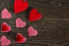 Articles de décoration pour la célébration du jour du ` s de Valentine sur un fond en bois Images libres de droits