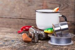 Articles de pêche, amorces, ligne avec le flacon, couteau et métal blanc c Image stock