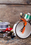 Articles de pêche, amorces, ligne avec le flacon, couteau et métal blanc c Photos stock
