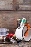 Articles de pêche, amorces, ligne avec le flacon, couteau et métal blanc c Photo stock