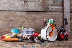 Articles de pêche, amorces, ligne avec le flacon, couteau et métal blanc c Images stock