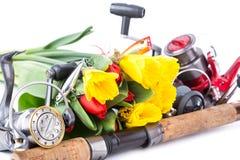 Articles de pêche avec des fleurs de ressort Images stock