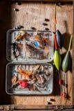 Articles de pêche avec des mouches, des flotteurs et des tiges Images libres de droits