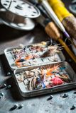 Articles de pêche avec le filet, les tiges et les flotteurs sur la table en métal Photos libres de droits