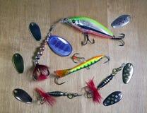 Articles de pêche, différents fileurs pour une amorce des poissons sur le fond en bois Photos libres de droits