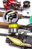 Articles de pêche et amorces avec des tiges et des bobines Image libre de droits