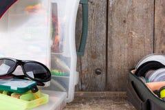 Articles de pêche et amorces avec la crête de chapeau Image stock
