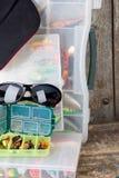 Articles de pêche et amorces avec la crête de chapeau Photographie stock