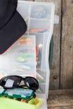 Articles de pêche et amorces avec la crête de chapeau Images stock
