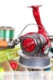 Articles de pêche et amorces dans des boîtes de rangement Photos libres de droits