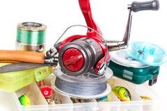 Articles de pêche et amorces dans des boîtes de rangement Image libre de droits