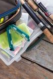 Articles de pêche et amorces dans la boîte Images libres de droits