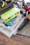 Articles de pêche et amorces dans la boîte Image stock