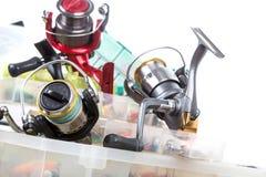 Articles de pêche et amorces dans la boîte Photo libre de droits