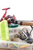 Articles de pêche et amorces dans la boîte Photos stock