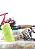 Articles de pêche et amorces dans la boîte Photo stock