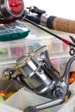 Articles de pêche et amorces dans la boîte Photos libres de droits